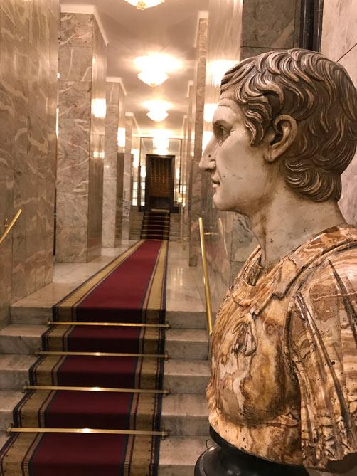 ホテルロビーの大理石の古代ローマ人像