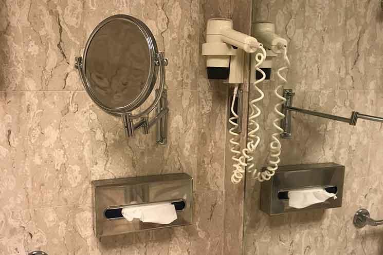 バスルームのドライヤーと鏡