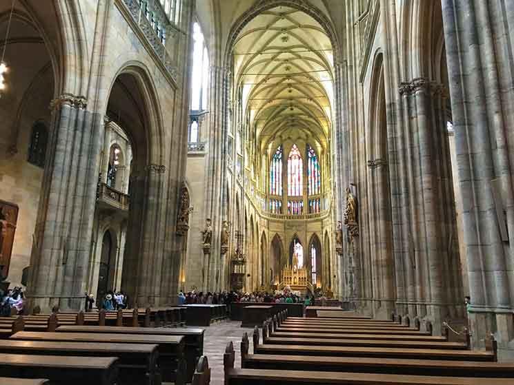 聖ヴィート大聖堂の中央身廊。大窓のステンドグラスから差し込む太陽の光が、聖堂内部を美し照らしています。