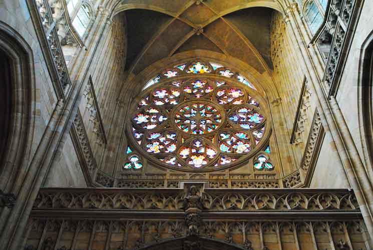聖ヴィート大聖堂 入口上にある円形のバラ窓