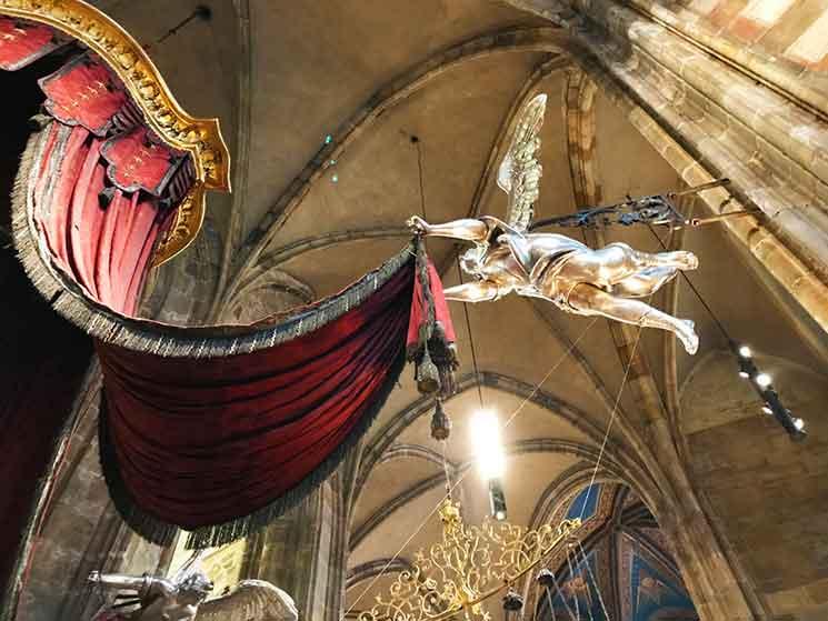 聖ヤン・ネポムツキ―の墓碑上部の天蓋を支える天使