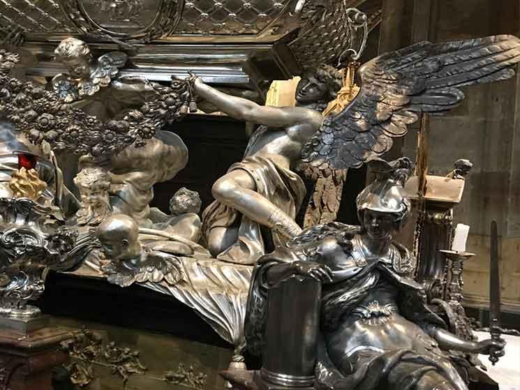 墓碑の土台を支える天使と騎士