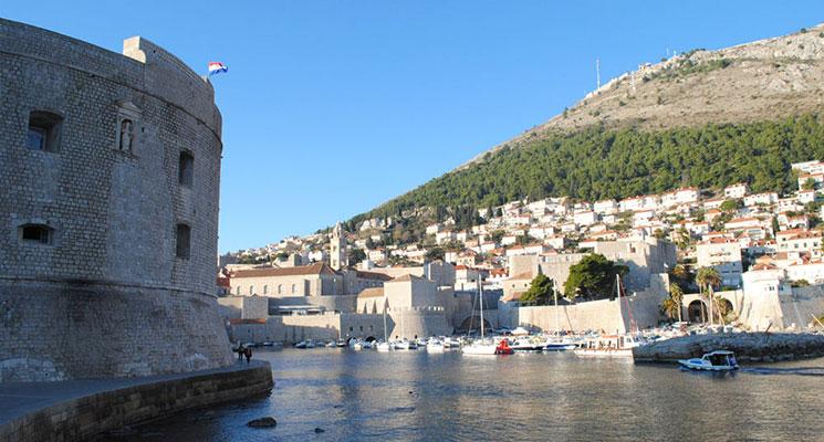 旧港とイヴァン要塞