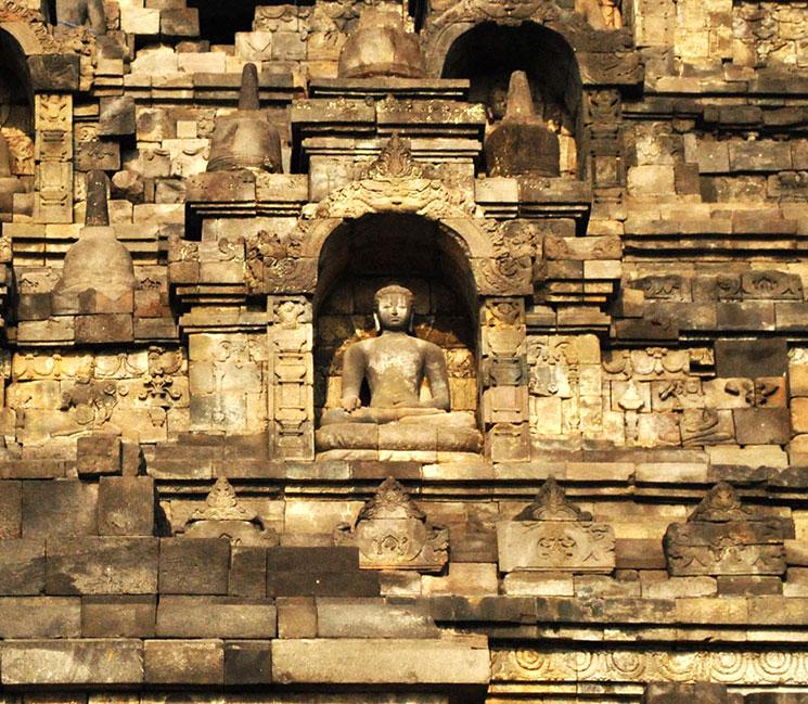 回廊の主壁上部の仏龕(ぶつがん)