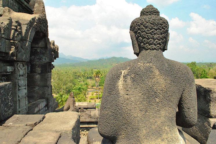 寺院内の仏龕と、その中の仏像