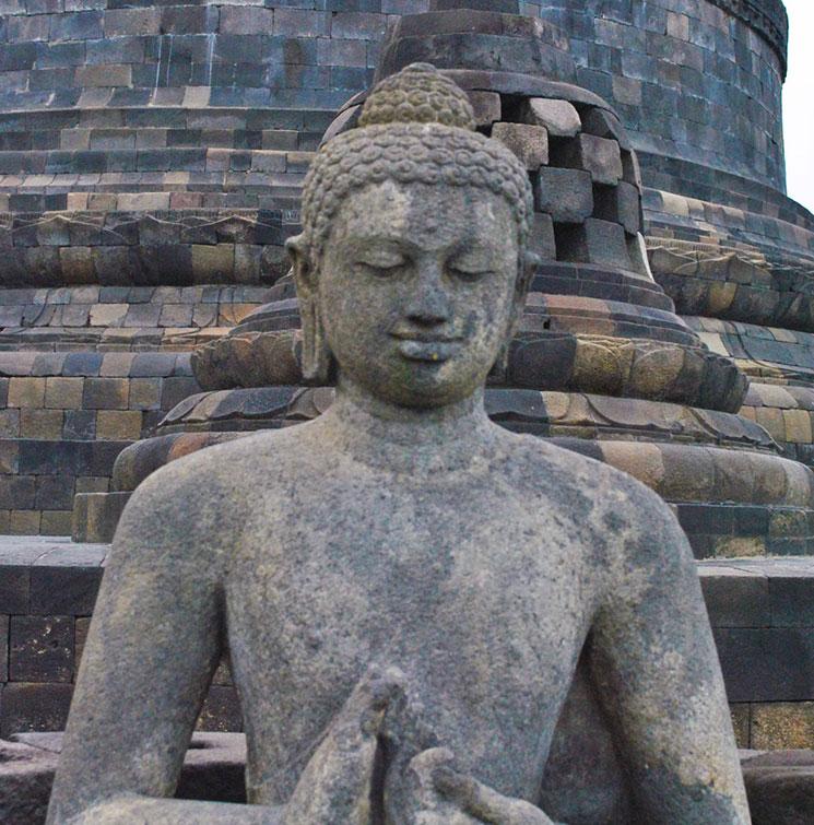 ストゥーパが壊れて外に露出している仏像