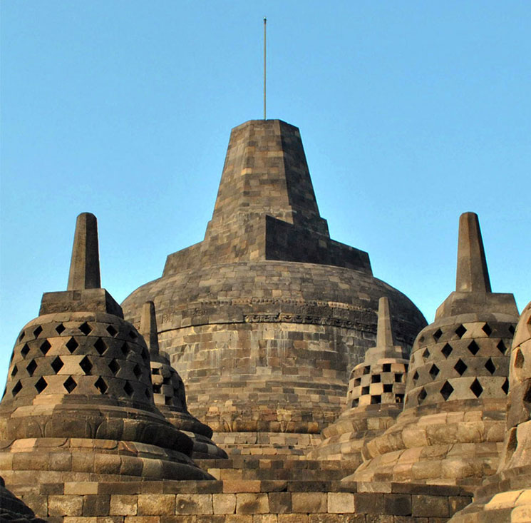 最上段には中心仏塔