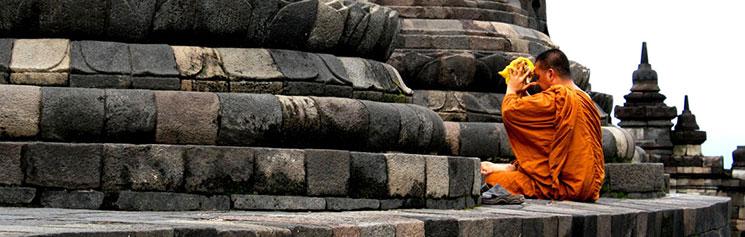 寺院に祈りを捧げる僧