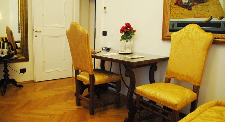 部屋内のテーブルとイス