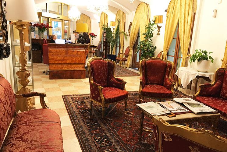 ホテルのフロントロビーの写真