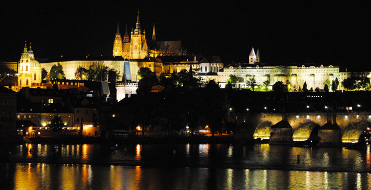 プラハ城とカレル橋の夜景