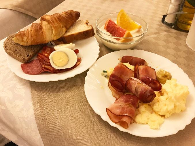 朝食と取り分けた写真