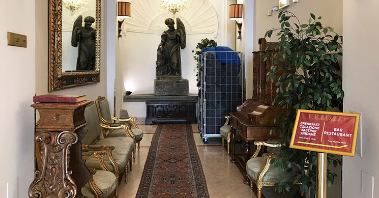 ホテル内の廊下の写真