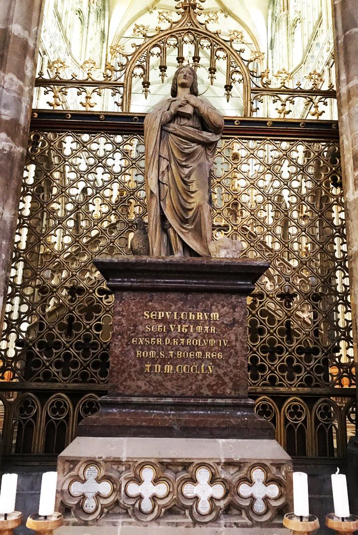 砂岩制の彫像に飾られた聖ヴィートの墓