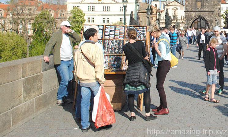 アクセサリーや小物を販売する露店商