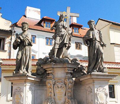 聖コスマスと聖ダミアヌスの像