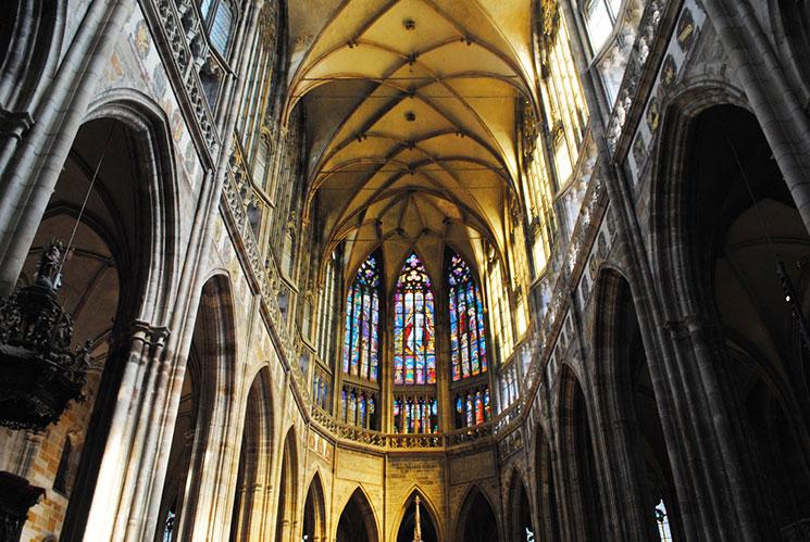 天地創造を描いた聖ヴィート大聖堂のステンドグラス