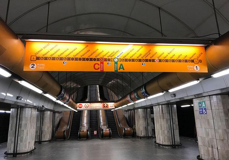 地下鉄ホームにある路線図