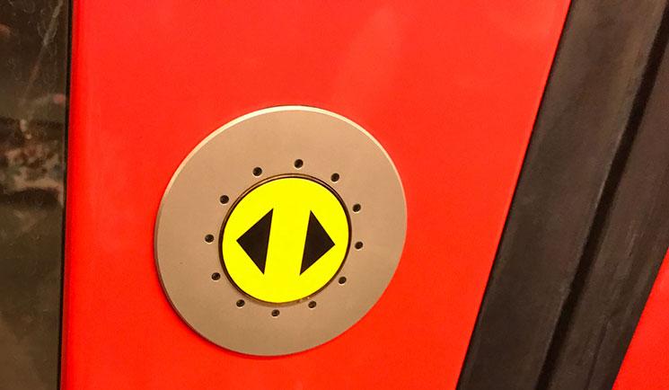 地下鉄ドアの開閉ボタン