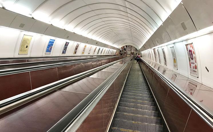 地下鉄駅のホームに続くエスカレーター