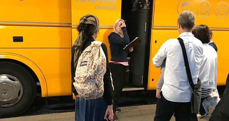 STYDENT AGENCY バス乗車時の写真です。