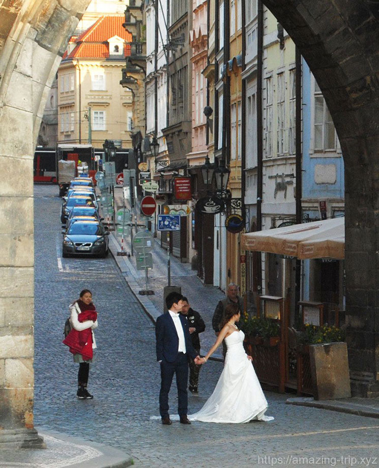 ウェディングドレスの花嫁と新郎