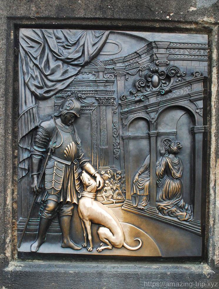聖ヤン・ネポムツキー像の土台の左側には騎士と犬が描かれている。