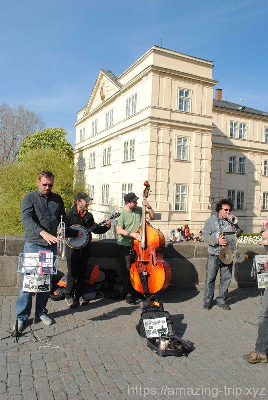 カレル橋の上で音楽を奏でる人々