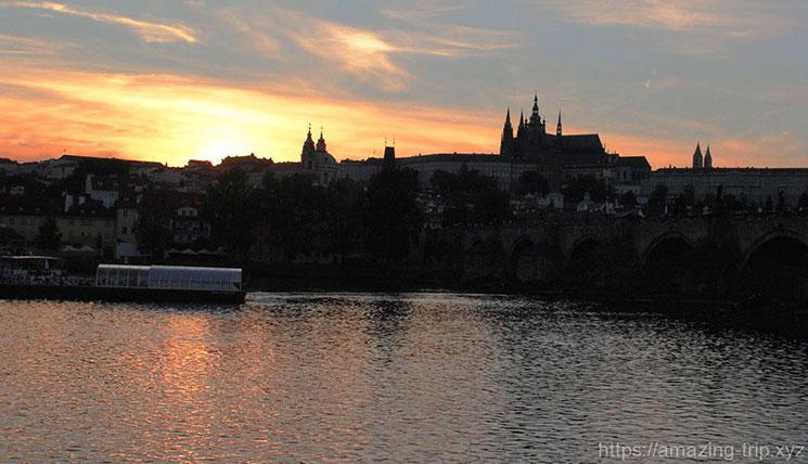 プラハ城とカレル橋の夕焼け写真