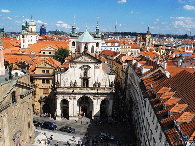 旧市街側の橋塔から見るカレル橋とプラハ城の景観