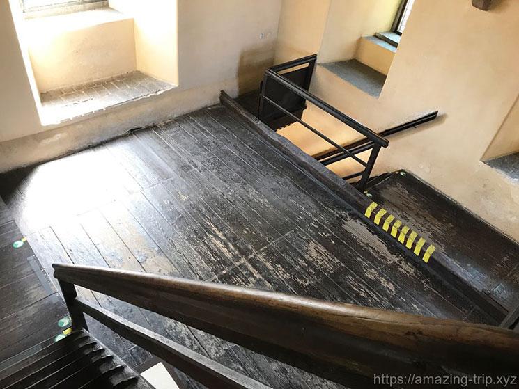 橋塔の内部の木製の階段