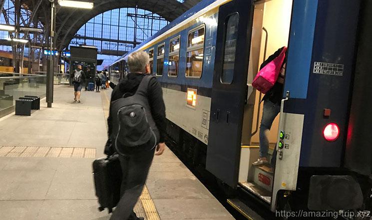 プラハ国鉄列車への乗車場面