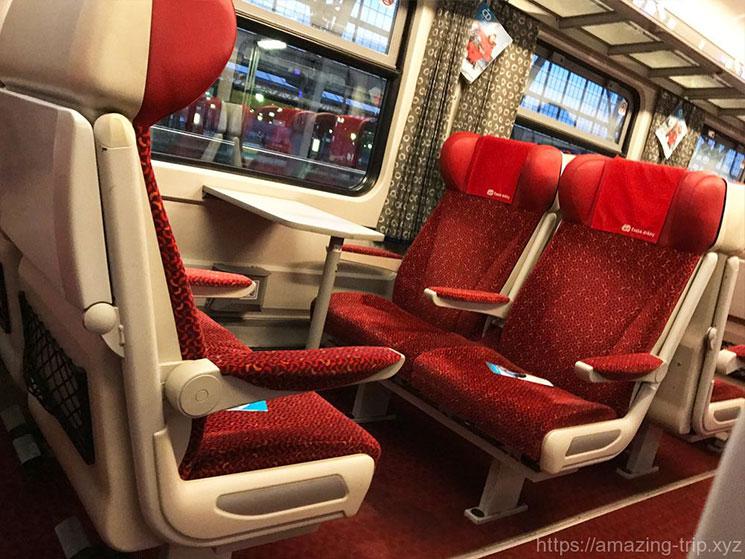 一等席の座席(4人掛け用)の写真