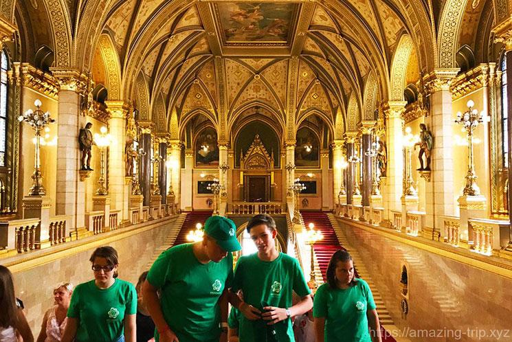 ブダペスト 国会議事堂 正面階段の写真
