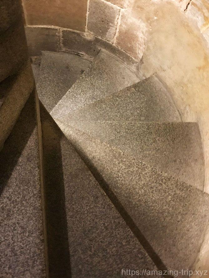 南塔内の螺旋階段
