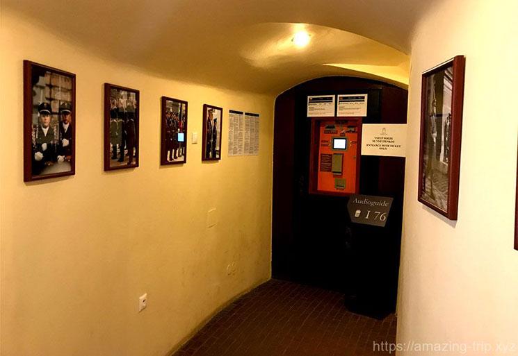 壁に飾られた衛兵の写真