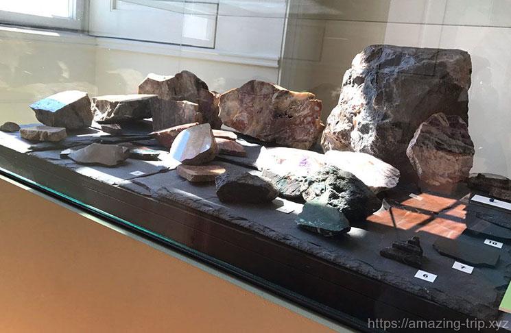 プラハ城内で発見された鉱石や宝石の原石