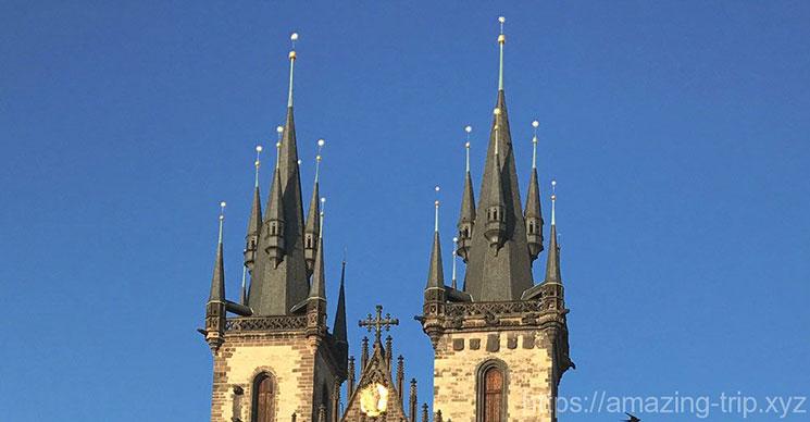 教会の2つの鐘楼と左右8つの尖塔