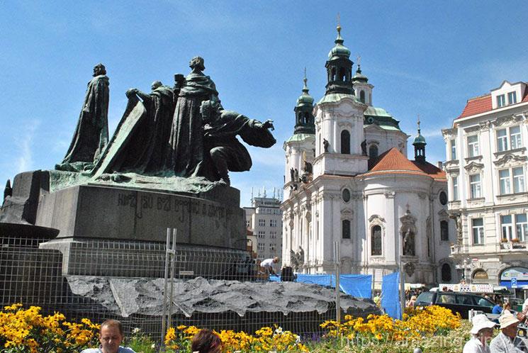 ヤン・フス像と聖ミクラーシュ教会