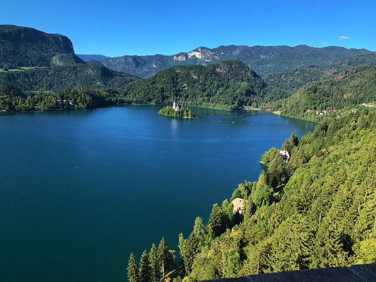 ブレッド城から見るブレッド湖の景観