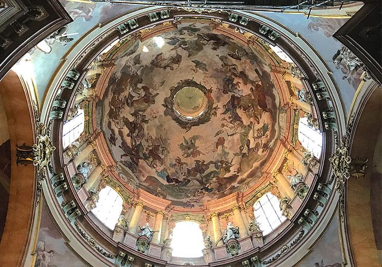 天井に描かれた「聖ミクラーシュの生涯」のフレスコ画(聖ミクラーシュ教会)