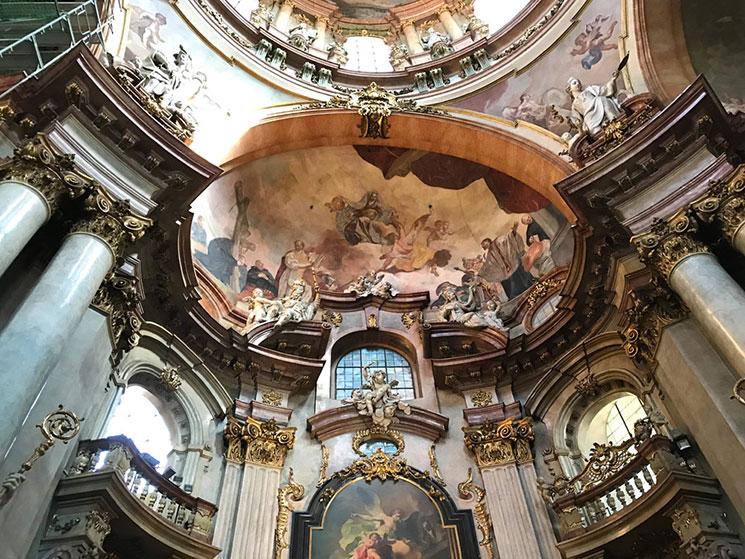 壁面のフレスコ画と内部の装飾