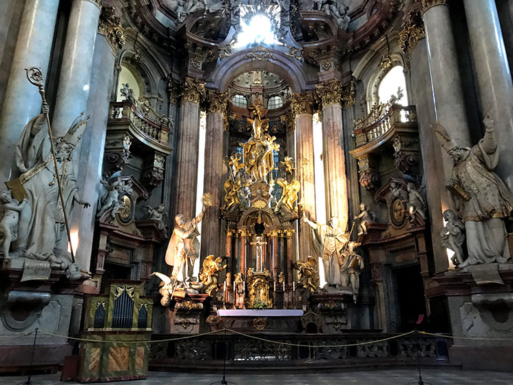 教会正面中央の主祭壇と聖ニコラス像
