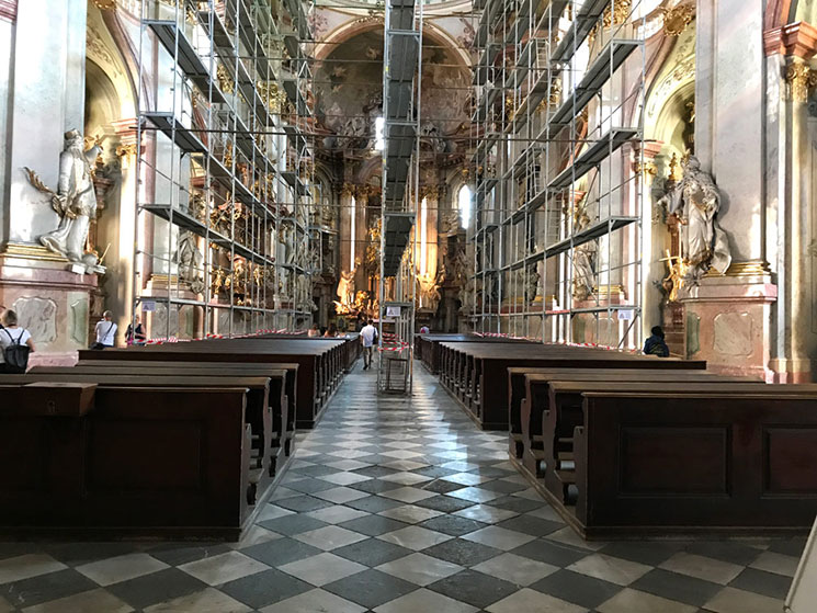 聖ミクラーシュ教会内部の景観
