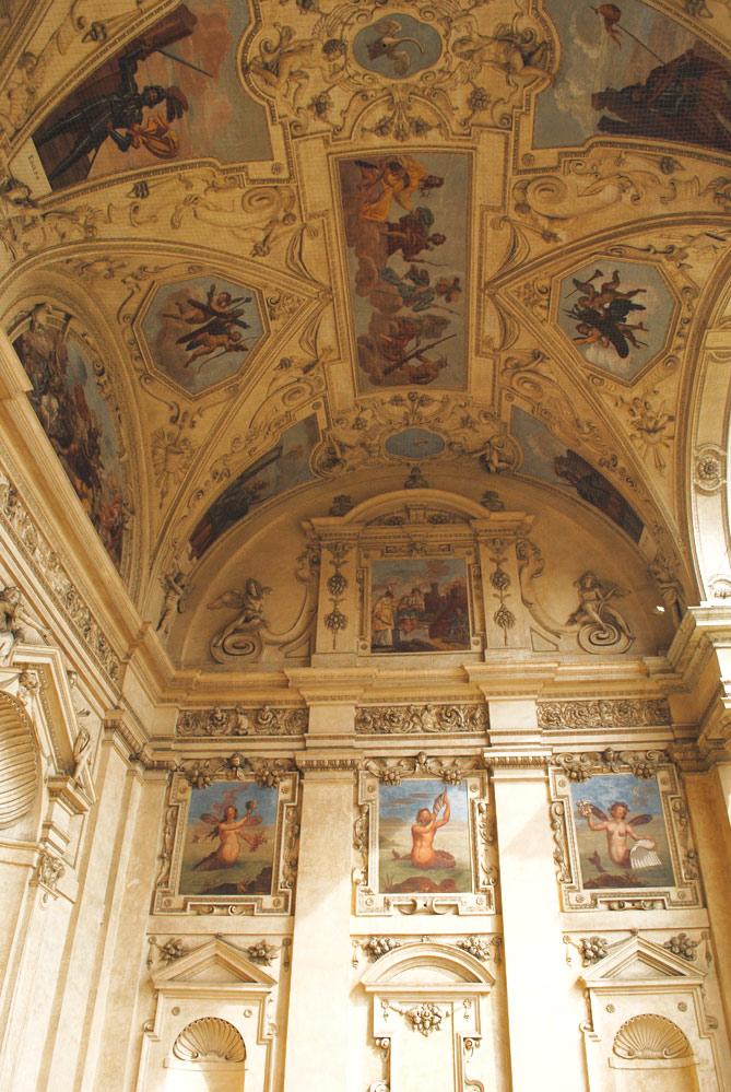 回廊の天井と壁面のフレスコ画
