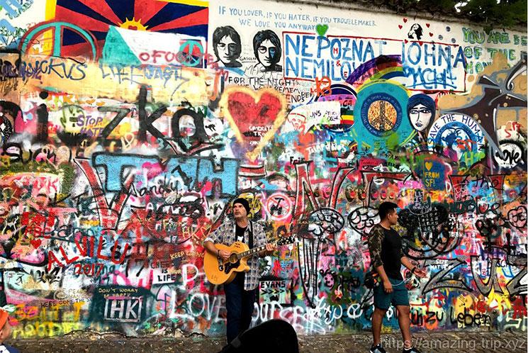 ジョンレノンの壁で演奏する音楽家