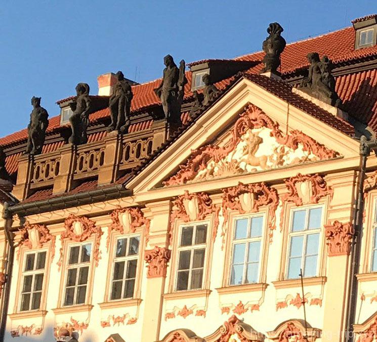キンスキー宮殿の窓装飾と彫像
