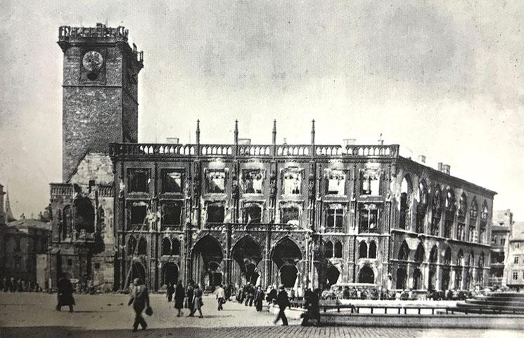 1945年に第二次世界大戦の空爆で大きな被害を受けた旧市庁舎