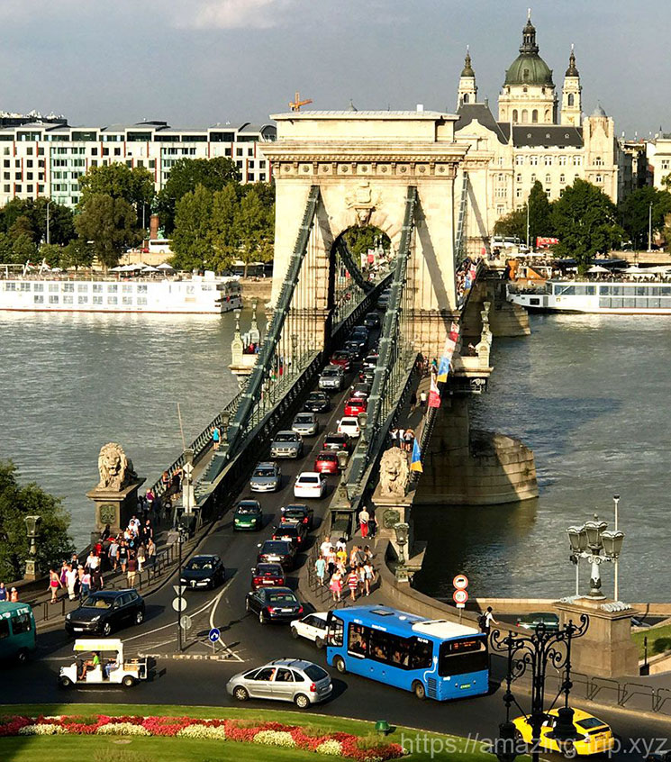 王宮の丘から見るくさり橋