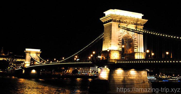 ブダ側の橋の袂から撮影した「くさり橋」の夜景